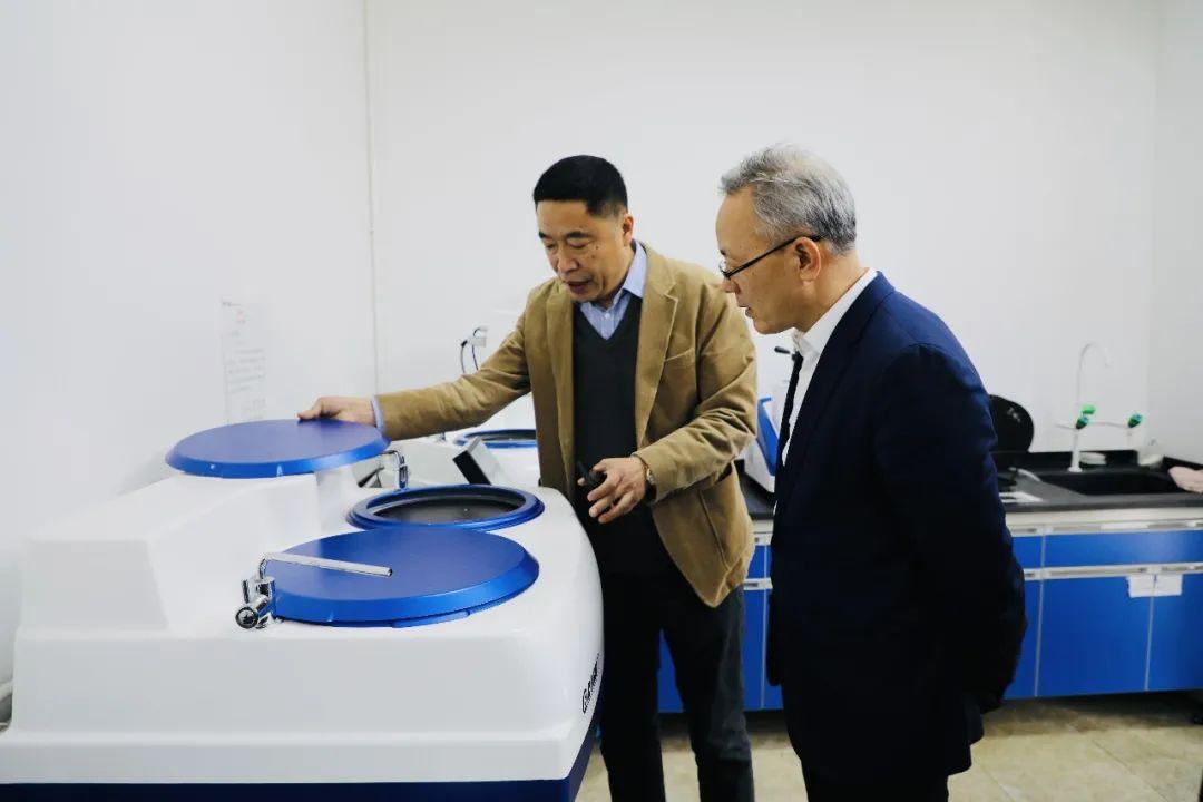 欧波同集团副总经理于小涛对仪器设备进行介绍.jpg