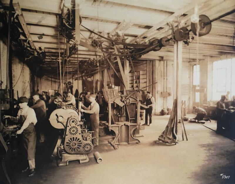位于角楼4层用于生产小型试验机的车间.png