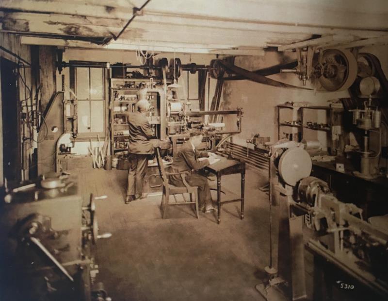 公司实验室,里面摆放着各种各样的试验设备,工程师在此进行力学试验.png