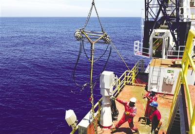 垂直地震测量仪等科学仪器助力科考人员完成测井工作