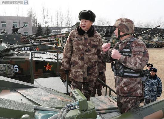 习近平视察中部战区陆军某师 登上99A坦克