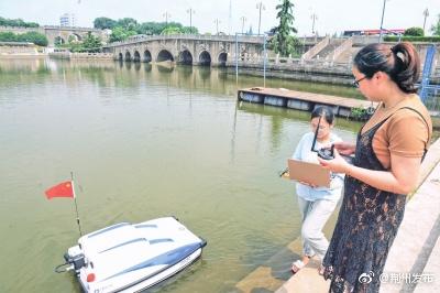 高科技产品来了!无人艇护城河上自动监测水质