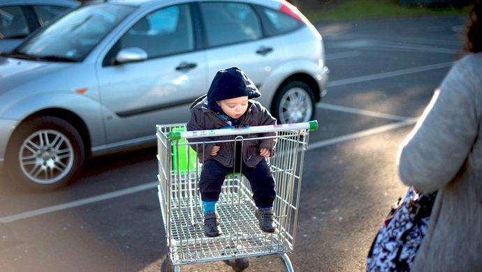 儿童坐购物车易发生危险?