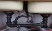 广西计量人员借助勘测仪器为卷烟厂绘制水路管网