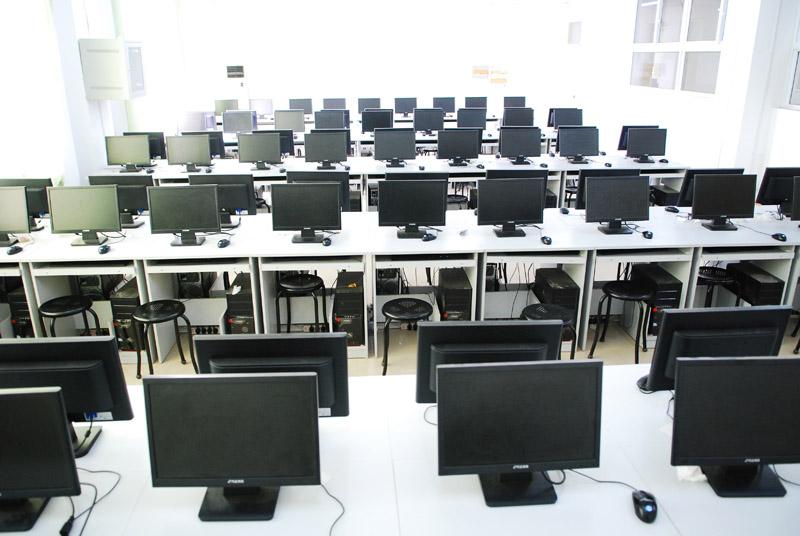 一、操作系统的网络克隆安装 1、母盘的制作 在整个计算机软件实验室系统安装的前期,母盘的制作由为重要。母盘制作的好坏将直接关系到计算机实验室后期维护的工作量。一个好的母盘可以大大减轻实验室维护人员的工作强度,从而达到更方便、快捷的维护实验室中各台计算机。 2、网络克隆 网络克隆是利用网络多播的技术, 实现一对多的数据更新。要运行网络克隆这一操作, 必须具备一定的网络环境。 (1)开启多播服务器 在多播服务器的相关组件中(如下图),从上到下,先在会话名称处输入任意内容(比如MAX);接着在镜像文件处