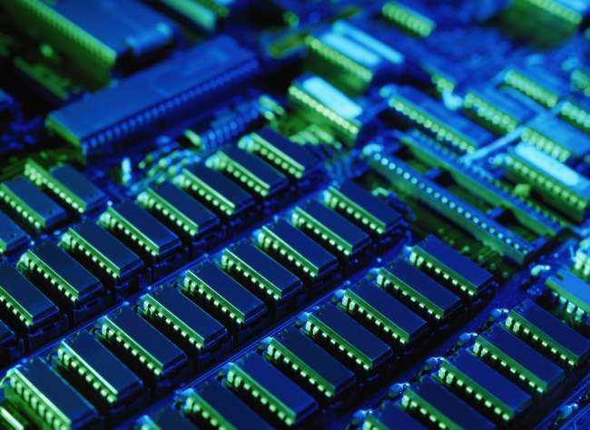 据前瞻产业研究院发布的《中国集成电路行业市场需求预测与投资战略规划分析报告》数据显示,2000年我国集成电路市场消费规模仅为945亿元人民币,到2017年已突破1.3万亿,占当年全球半导体产量的50%以上。